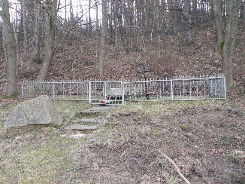 2014-04-21 Inowłódz - pomnik (2)