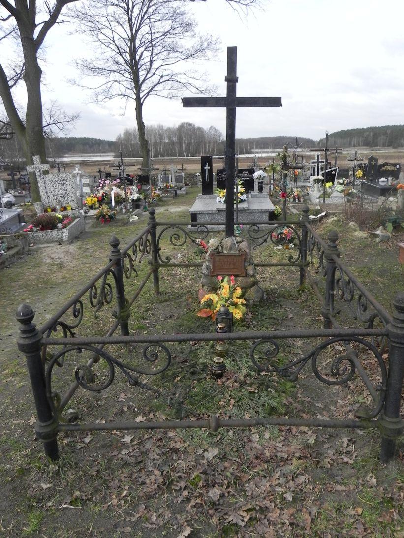 2011-02-09 Krzemienica - cmentarz parafialny (2)