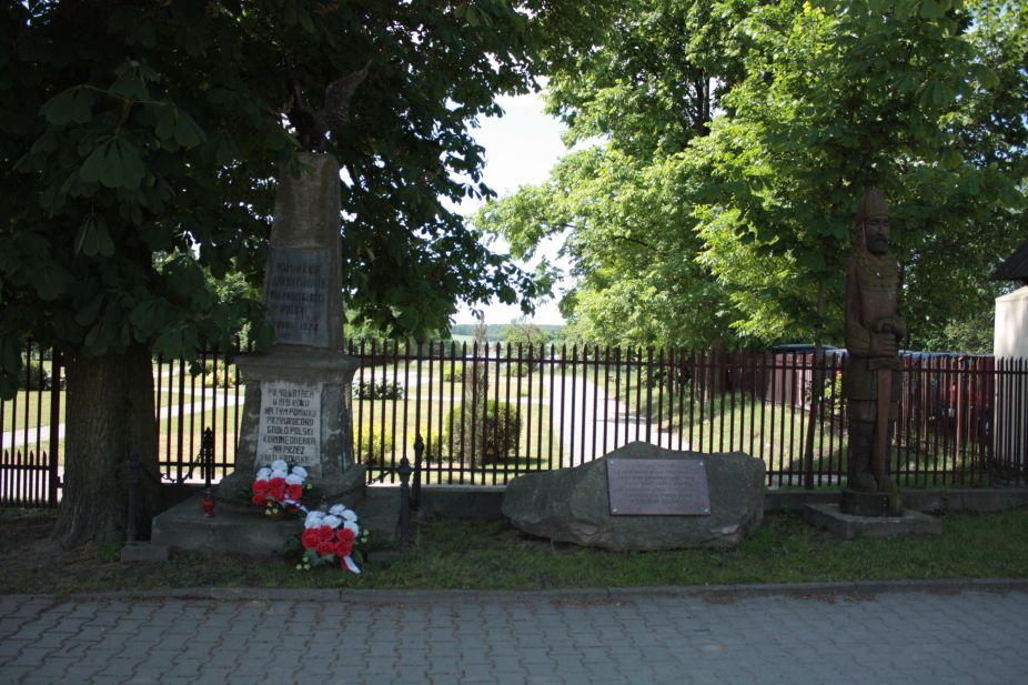 2018-05-20 Wysokienice - pomnik (1)