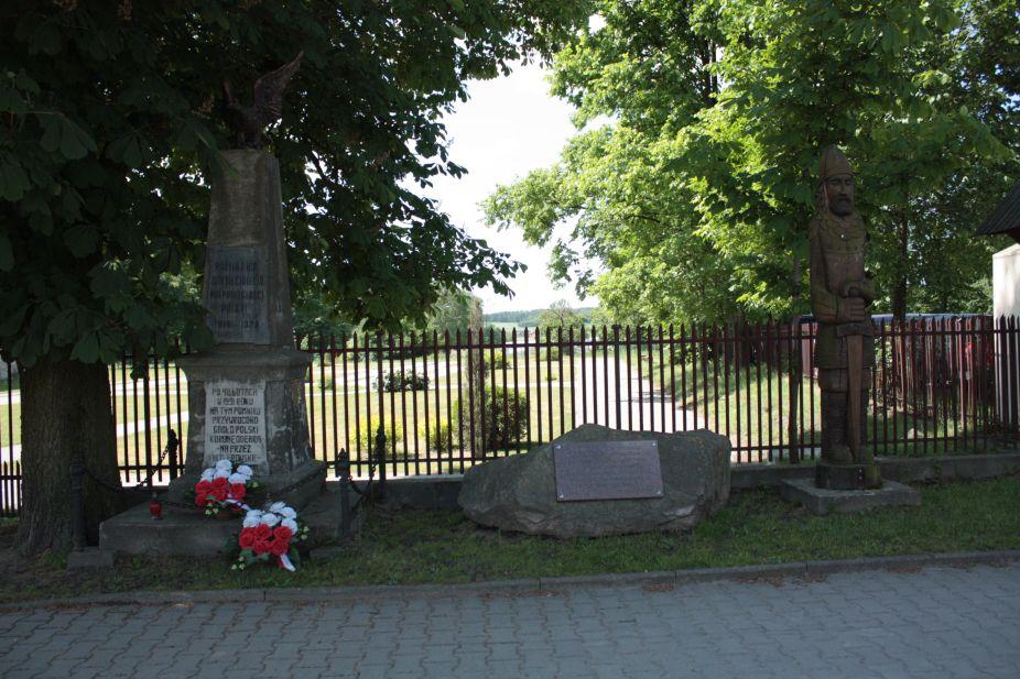 2018-05-20 Wysokienice - pomnik (2)