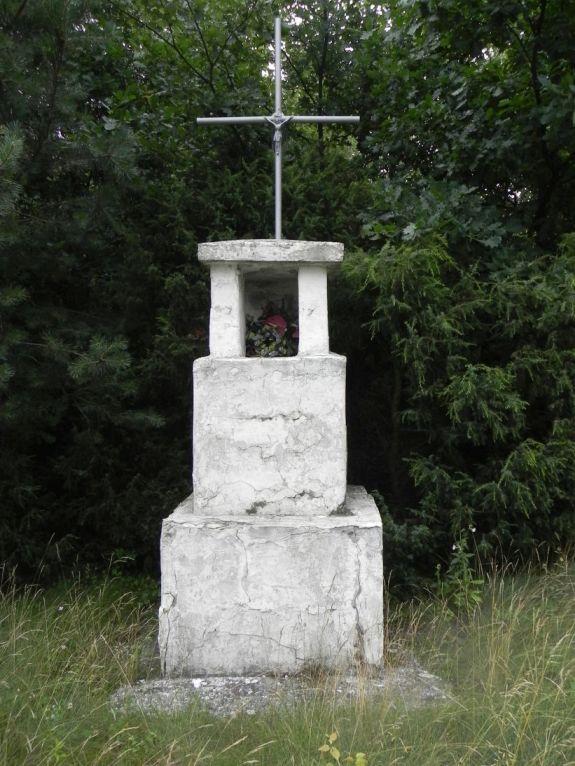 2011-07-10 Ciebłowice - pomnik (1)