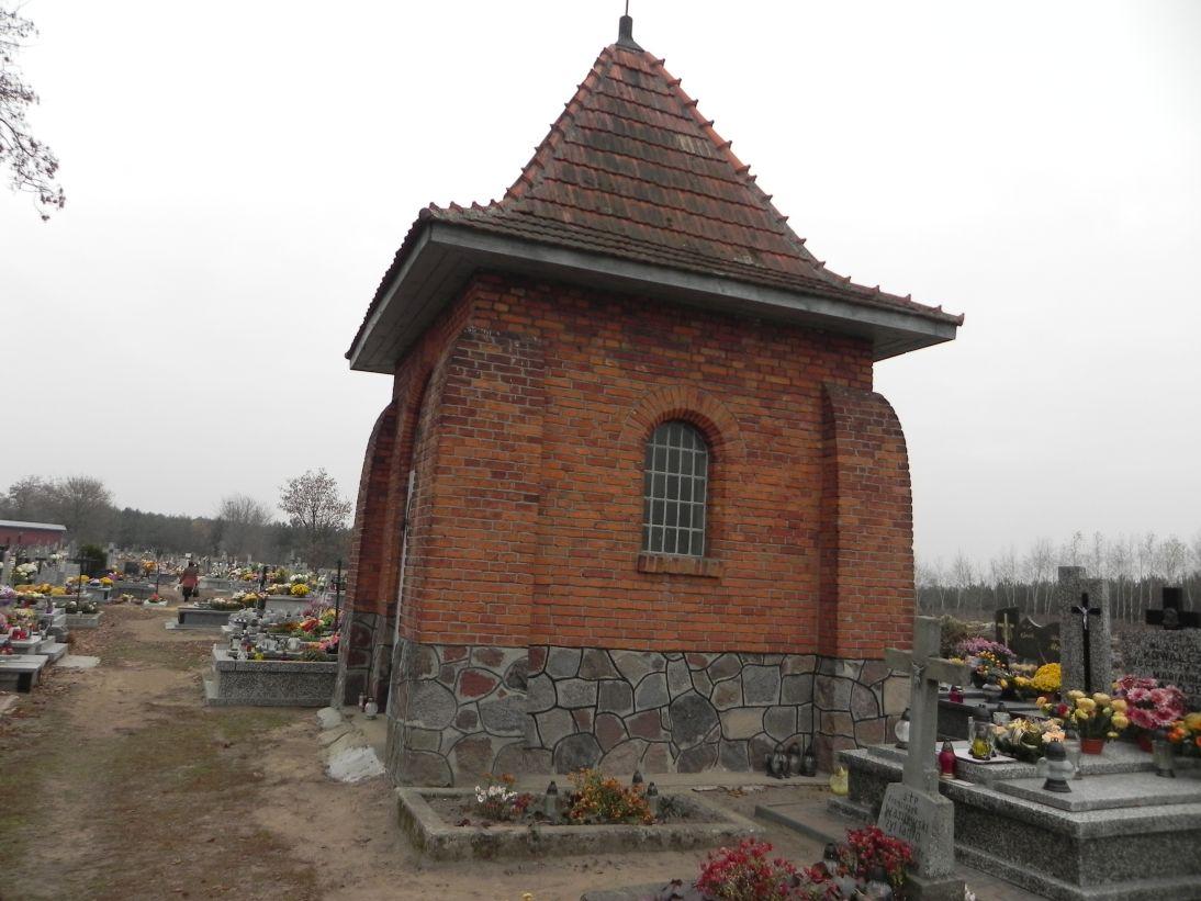 2011-11-19 Cielądz - cmentarz parafialny (1)