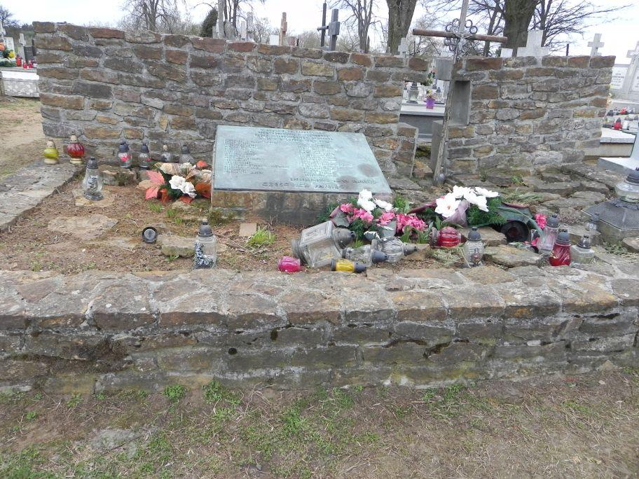 2011-04-10 Inowłódz - cmentarz parafialny (3)