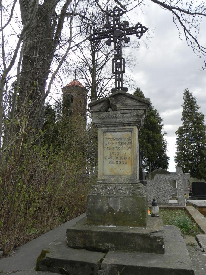 2011-04-10 Inowłódz - cmentarz parafialny (7)
