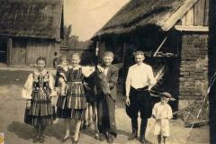 1946r Sanogoszcz - Kazimiera i Julianna Stolarkówny, Józef i Paweł Stolarkowie