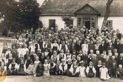 1943-07-01 Sierzchowy - Przed szkołą