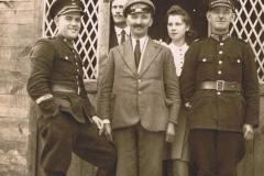 1940r. Sierzchowy - przed posterunkiem policji. Czajka policjant, Walczewski, Wawrzyniec Jędras, policjant i córka jednego z policjantów