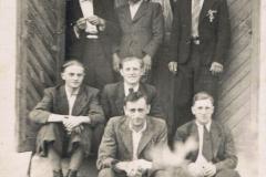 z tyłu Henryk Ozimek, Jan i Kazimierz Bienias siedzą Władek Kietliński, Jan Narożnik, Kostek Lubicki i Zygmunt Bienias