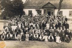 1943-07-01 Sierzchowy - Przed szkołą (foto Wł. Błaszczyk)