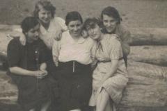 1941r. Sierzchowy - Maria, Irena, Witka i Staśka Ponewczyńskie z matką Marianną Ponewczyńską