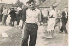 1942.08.06 Sierzchowy - Michał Ponewczyński, w tle stara remiza