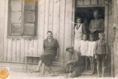 1943.08.17 Sierzchowy - Marianna, Dzitka, Mietek i Michał Ponewczyńscy, Emilia Koza i Bronek Górnik
