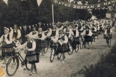 1960r. Procesja na rowerach z wędrującym Obrazem Matki Boskiej z Libiszowa do Smardzewic
