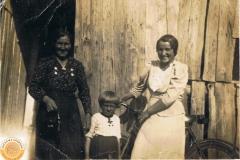 1938r. Chorzęcin - Marianna Ogórek z córką Barbarą Ogórek i kramarka