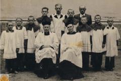 1950r. Chorzęcin - ks. Bolesław Wojciechowski, ministranci