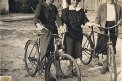 1952r. Krzykowice koło Wolborza - Maria Wojciechowska, Barbara Ogórek i koleżanka
