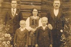 1938r. Sierzchowy. Od lewej Józef Rosiak, Władysław Rosiak, Aniela Rosiak, Wacław Rosiak, Kacper Rosiak
