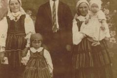 1941r. Sierzchowy - Od lewej Julia Rosiak, Marysia Piątek, Józef Rosiak, Józefa Piątek z dzieckiem