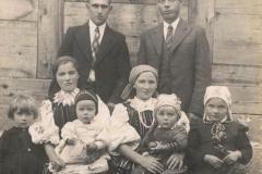 1943r. Sierzchowy - Od lewej Julia Rosiak, Antonina Piątek, Józef Rosiak, Kazimierz Piątek