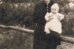 1940r. - Małgorzata Lewandowska z Dzikich z synem Jankiem